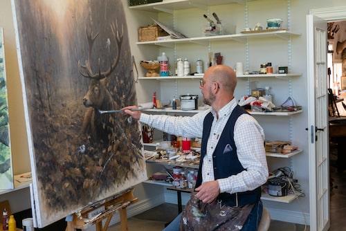 Konstnären Göran Löfwing inspireras av och målar landskapet och djuren runt Hornborgasjön