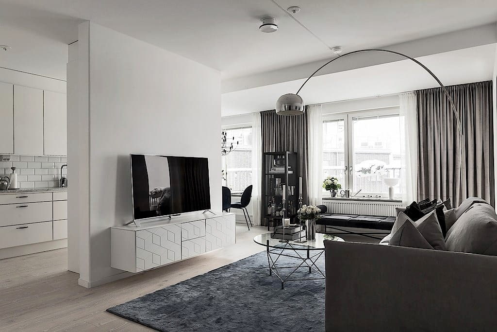 Nu ligger hennes egen lägenhet ute till försäljning – genomtänkt inredd i grå nyanser.