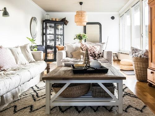 I vardagsrummet syns Camillas vurm för marockanska och bohemiska detaljer. Sofforna är Le grand air från Rum21 i färgen Misty grey. Soffbordet kommer från Ilva. Kuddarna i soffan är från Granit, Tine K home och Numero 74.