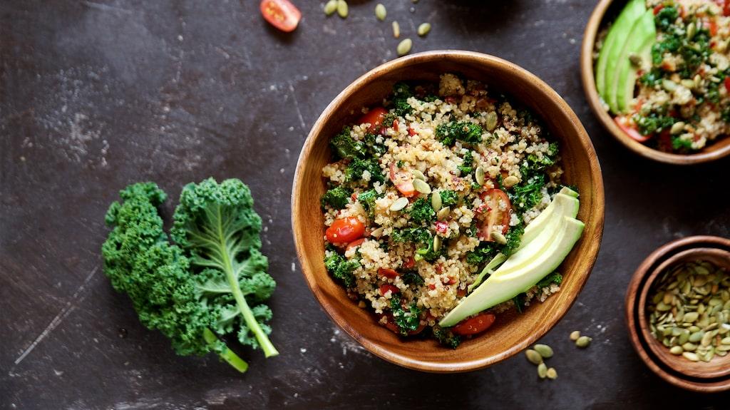 Vill du slippa småäta på planet kan du äta en rätt med quinoa innan du går ombord.