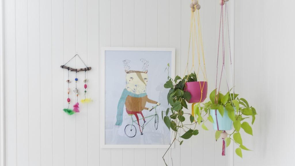 Blomsteramplarna har Trude tillverkat själv. Tavlan är från Ikea.