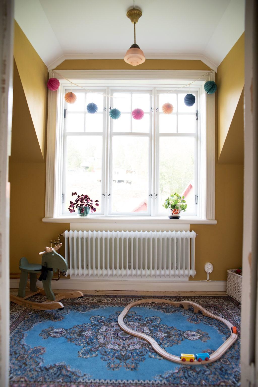 Och så här ser en del av rummet ut efter renovering. Paret har räknat att kostanden för huset, tomten och renovering motsvarar värdet på villor i området.