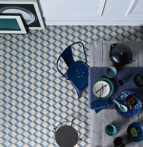 Zig-zag-mönster. Trend Cube Tile Blue, Tarkett.