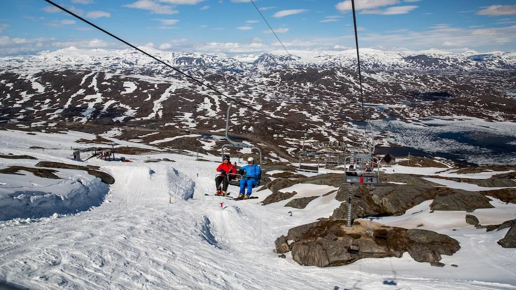I Riksgränsen kan du åka skidor i juni.