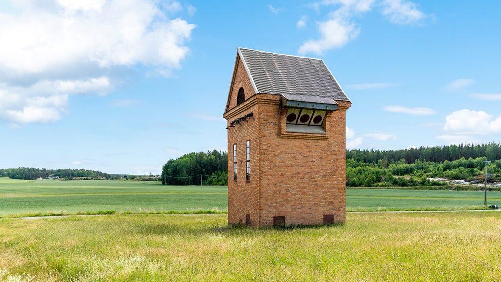 Den gamla elstationen som är till salu på Hemnet ligger på ängen i Vikbolandet.