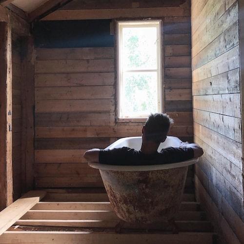 Rummet på övervåningen som byggdes om till badrum. Det rostiga gamla badkaret i gjutjärn fyndade de på loppis.