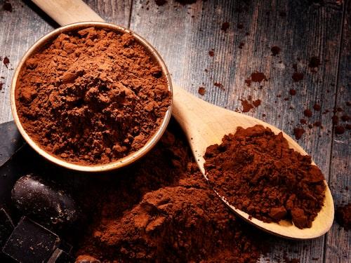 Om du har mörkt hår och inte gillar den dammiga looken som både havegryn och stärkelse kan ge kan du prova att använda kakao i stället.
