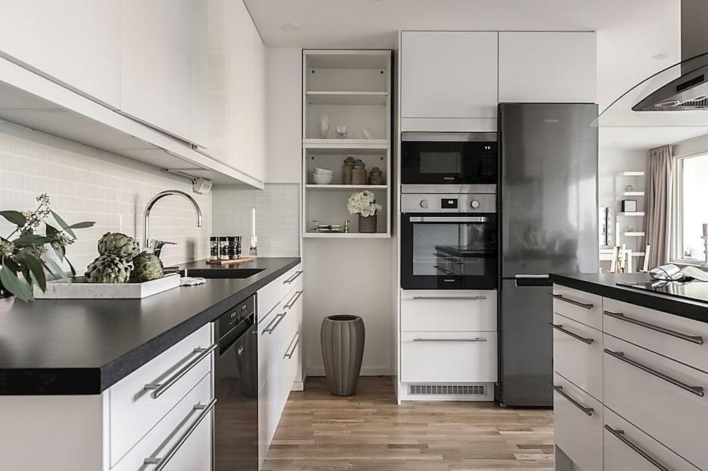 Ljust och stilrent kök med köksö.