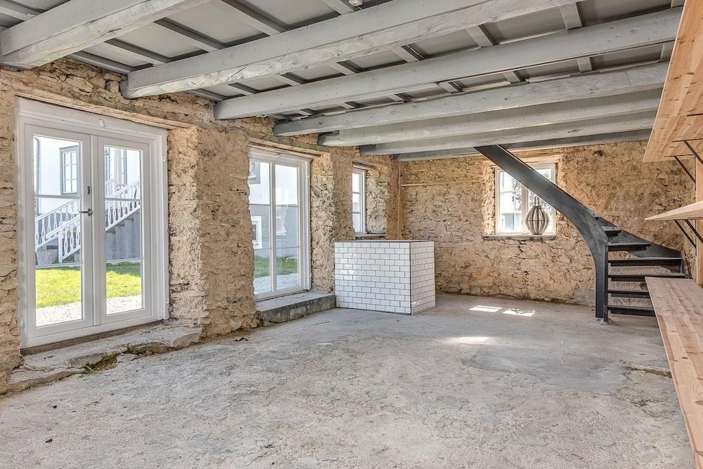 Till huset hör en flygelbyggnad som har använts som gårdsbutik. Äldre stengolv och delvis friliggande kalkstensväggar och delvis kaklade väggar samt en altandörr. Där inne finns även ett loft med invändig trappa.