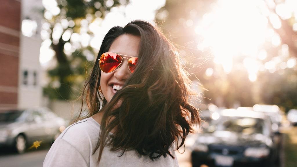 Minska sommarslitaget på håret genom att använda vårdande oljor i topparna.