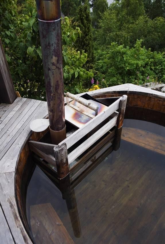 Gott om plats. Runt tunnan finns sittbänkar, med plats för som mest åtta personer. Eldningskärlet har ett lock av plåt och vackert handtag av björk.