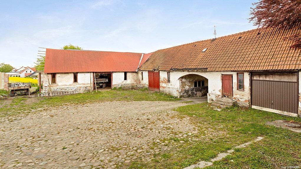Portalen leder in till den för området typiska kullerstensbelagda innergården.