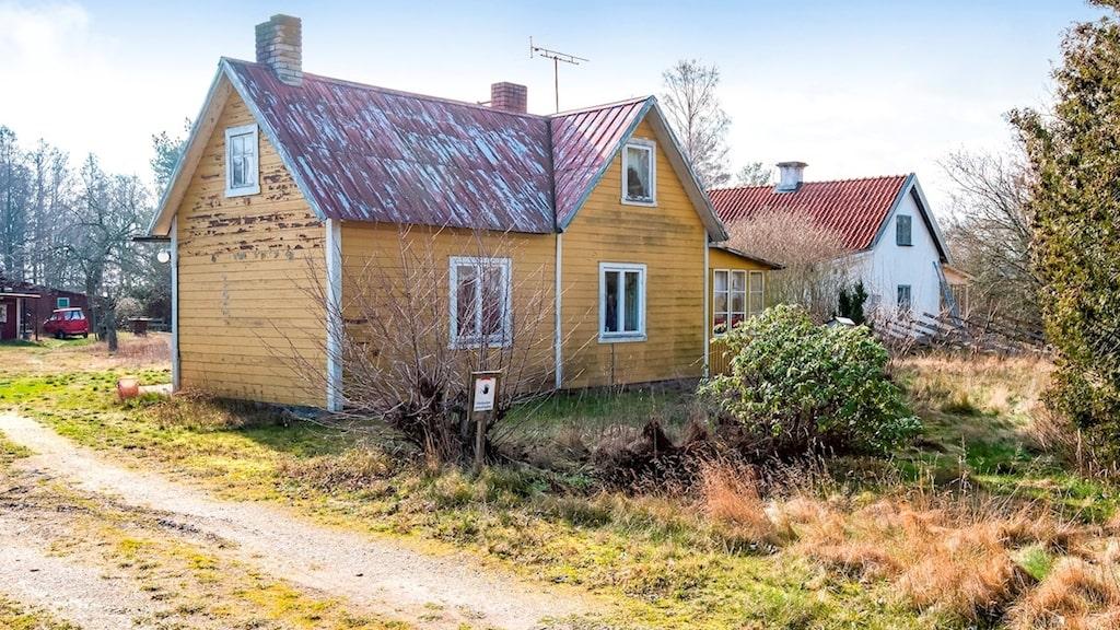 Huset på 50 kvadratmeter har stort renoveringsbehov.