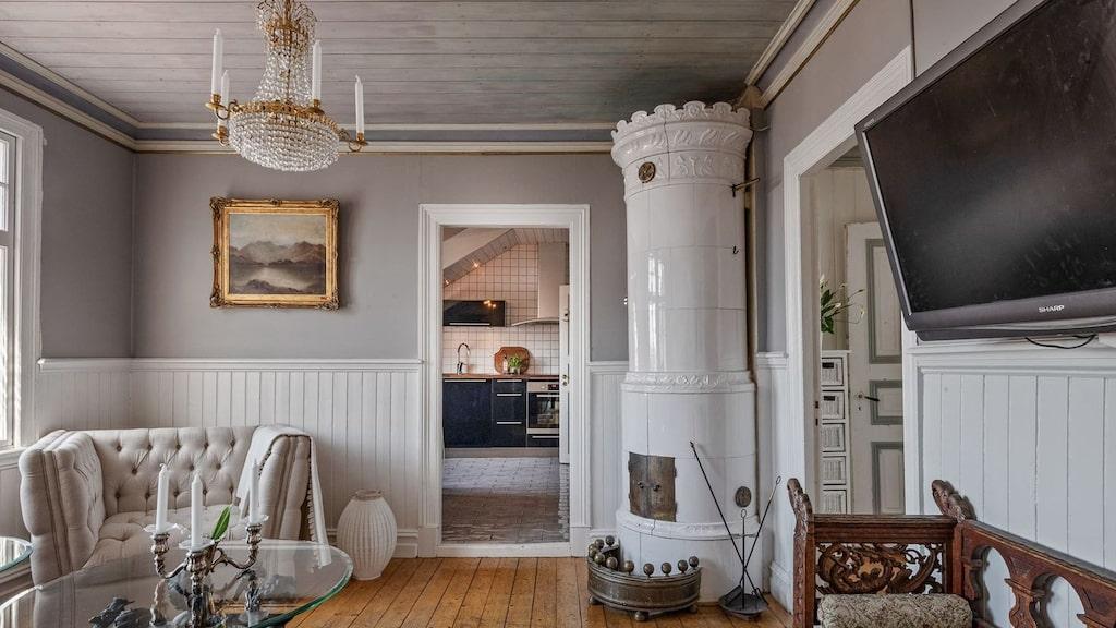 Från köket och hallen når man salongen med kakelugn och bra ljusinsläpp.