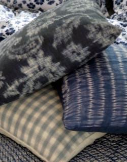 Kuddtrio. Överst kudde med vattenavstötande tyg – passar även för utomhusbruk, 520 kronor, Les Tissus Colbert. Sidenkudde batik hibori, 325 kronor, Anna O. Rutig linnekudde, 1 200 kronor, Garbo.