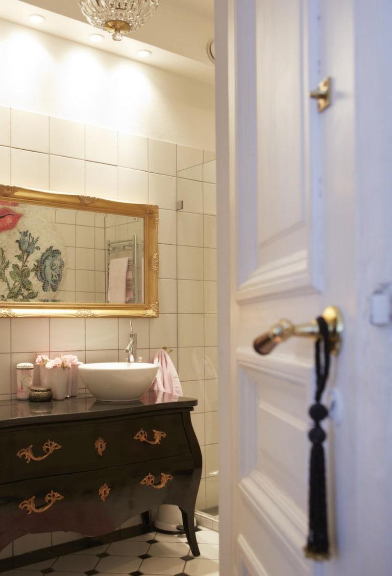 Badrum med karaktär. Rokokobyrån som Anette hittade på loppis har gjorts om till vaskbänk. Kran och handfat, Philip Starck.