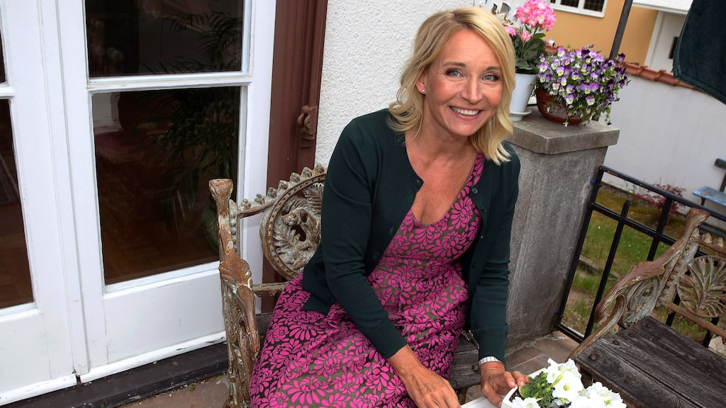Martina Haag på terrassen hemma i huset i Bromma.