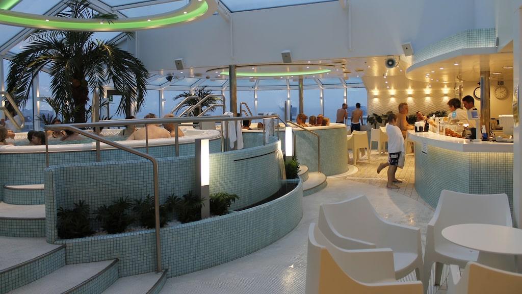 Satsa på att bada i pool när du kryssar med Silja Line på påsklovet. Silja Serenades badavdelning heter Sunflower Oasis.