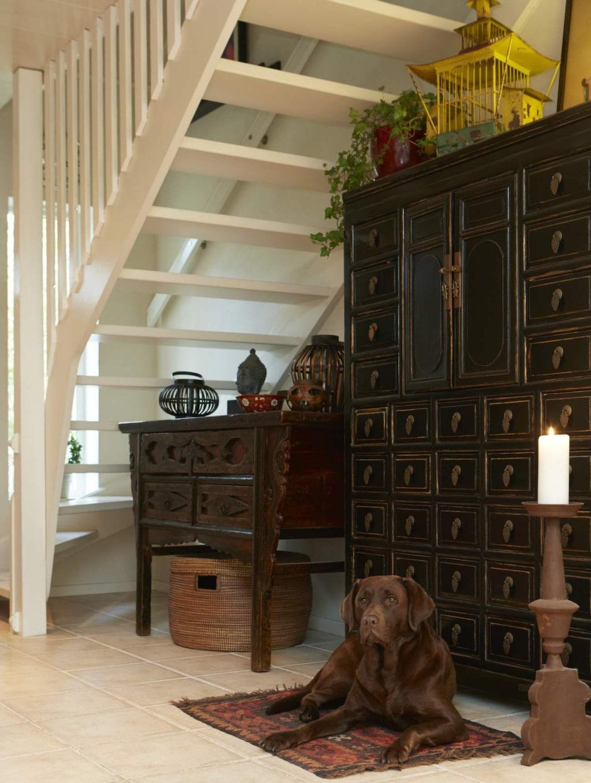 Hall<br>Familjens labrador Nikita ligger gärna i hallen för att ha koll på vem som kommer och går. Det kinesiska skåpet är köpt på Lauritz. Antik golvljusstake från en blomsteraffär.