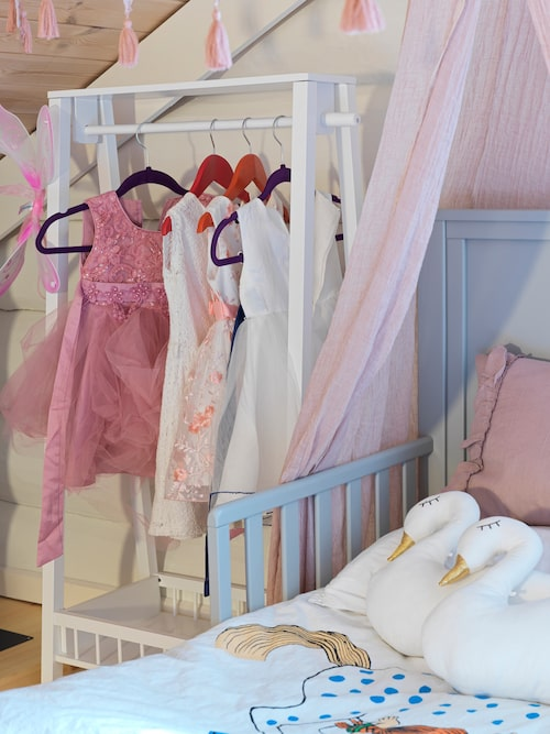 Klädställning och säng i Lunas rum är från JaBaDaBaDoo, liksom svanarna ovanpå sängen.