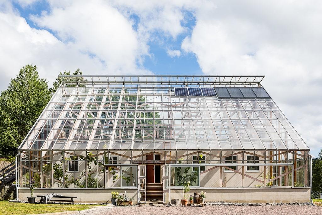 Ett unikt tillfälle att flytta in i ett boende som både är energisnålt, soldrivet, kretsloppsanpassat och med integrerat växthus.