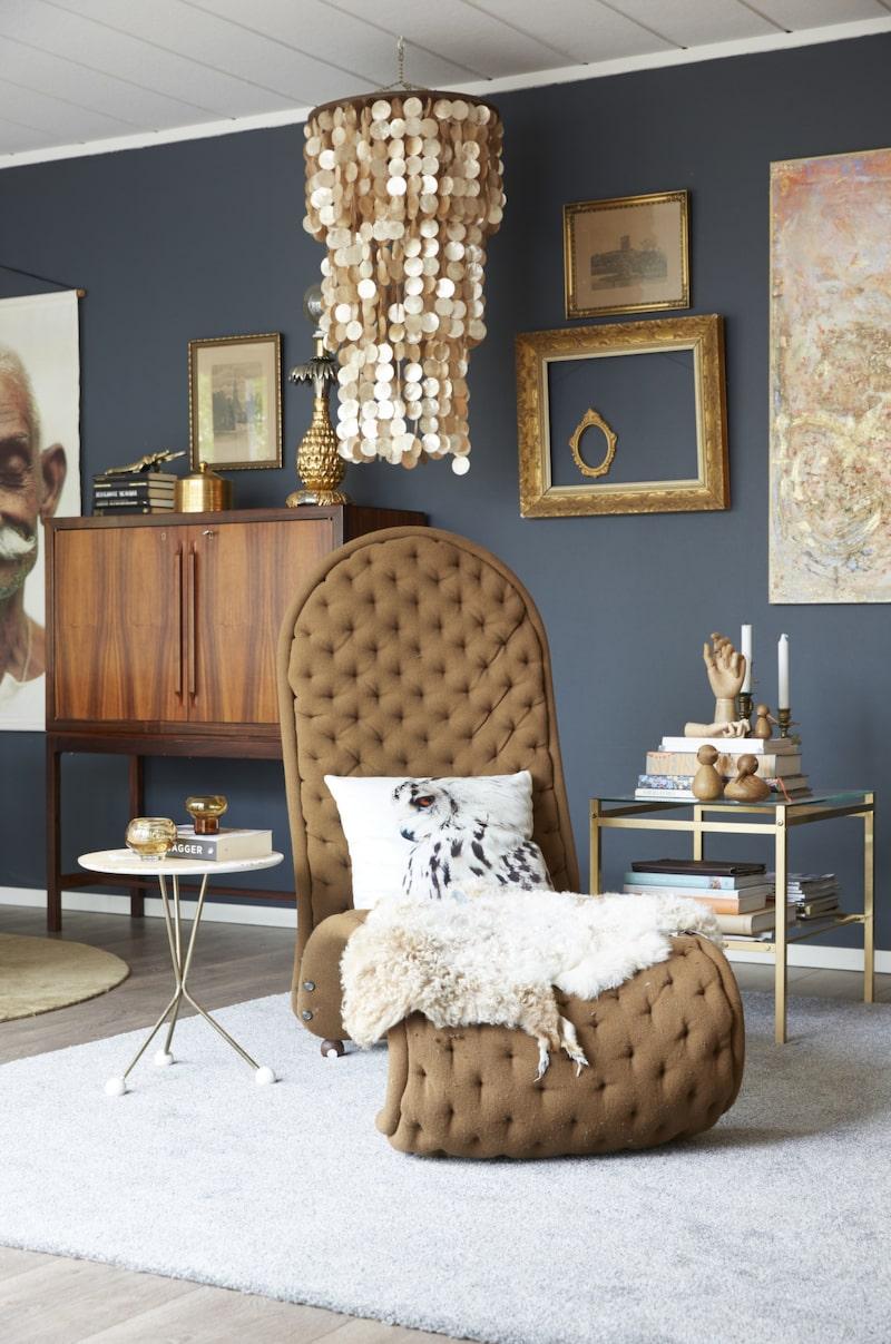 Fyndad. Verner Pantons vilfåtölj Lounge chair 123 i mockafärgat tyg är en favorit inköpt på Blocket.