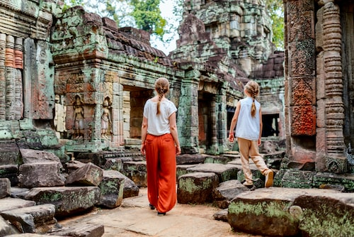 Stenblocken i 900-åriga Angkor Wat slipas ned av turister.