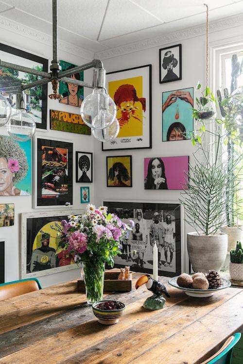 På väggen hänger bland annat Christians porträtt av Isabel och sonen Johns tolkning av Pippi Långstrump.