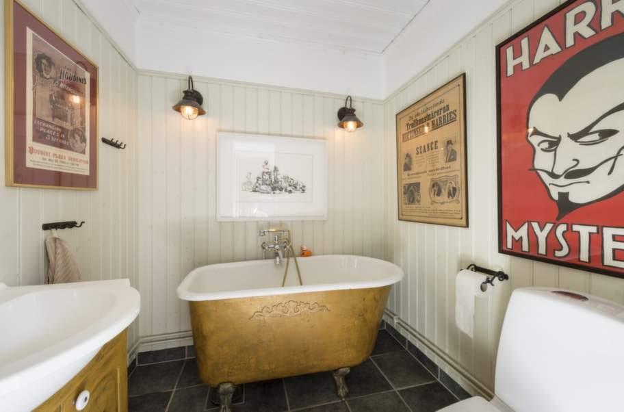 <strong>GÄSTTOALETTEN. </strong>Toaletten på bottenplan är det nästan bara John som använder. Han gillar att ligga i badet och titta på en film när han har tid.