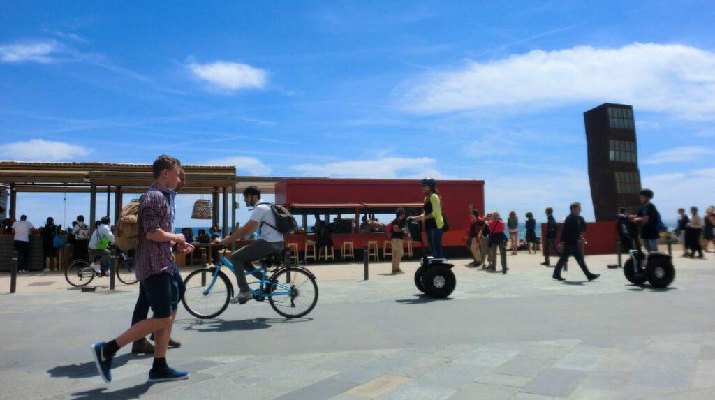 <p>Strandpromenaden längs citystranden är trevligt att strosa eller cykla runt. Här är folk året om.</p>