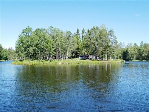 Som på en egen liten halvö ligger denna söta idyll strax norr om Hudiksvall.
