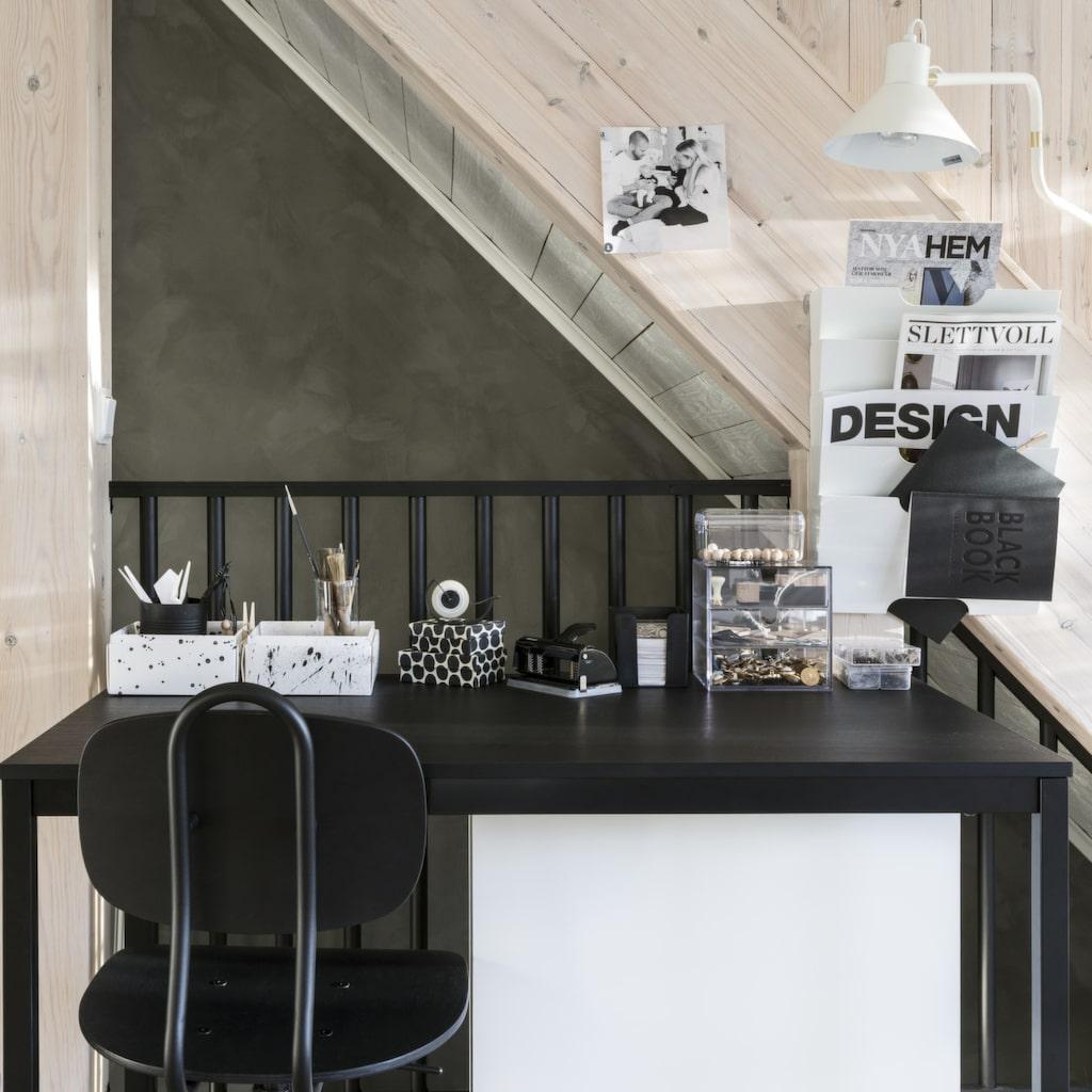 Uppe på andra våningen, på punchverandan, precis ovanför trappan finns en liten kontorsplats där Emelie gärna sitter och pysslar när tid och lust finns. Stol och skrivbord från Ikea. Lampa från Ellos.