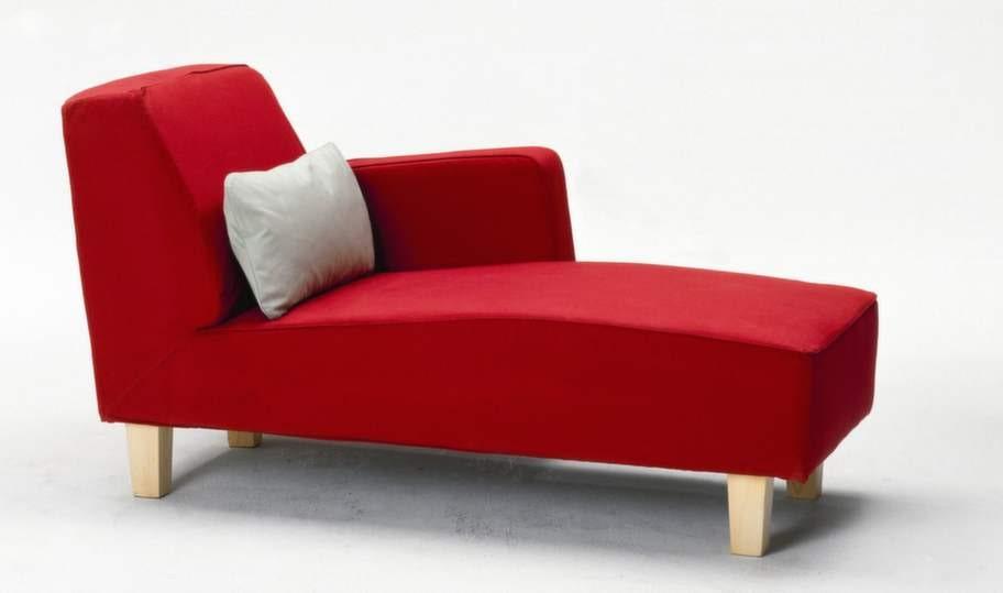 Sofforna fick gärna vara gula, buteljgröna och blå. Eller röd som schäslongen Haparanda från Ikea. Vi gillade också gigantiska soffor och fåtöljer med extra djup, drömmen var en svindyr soffa från R.O.O.M.