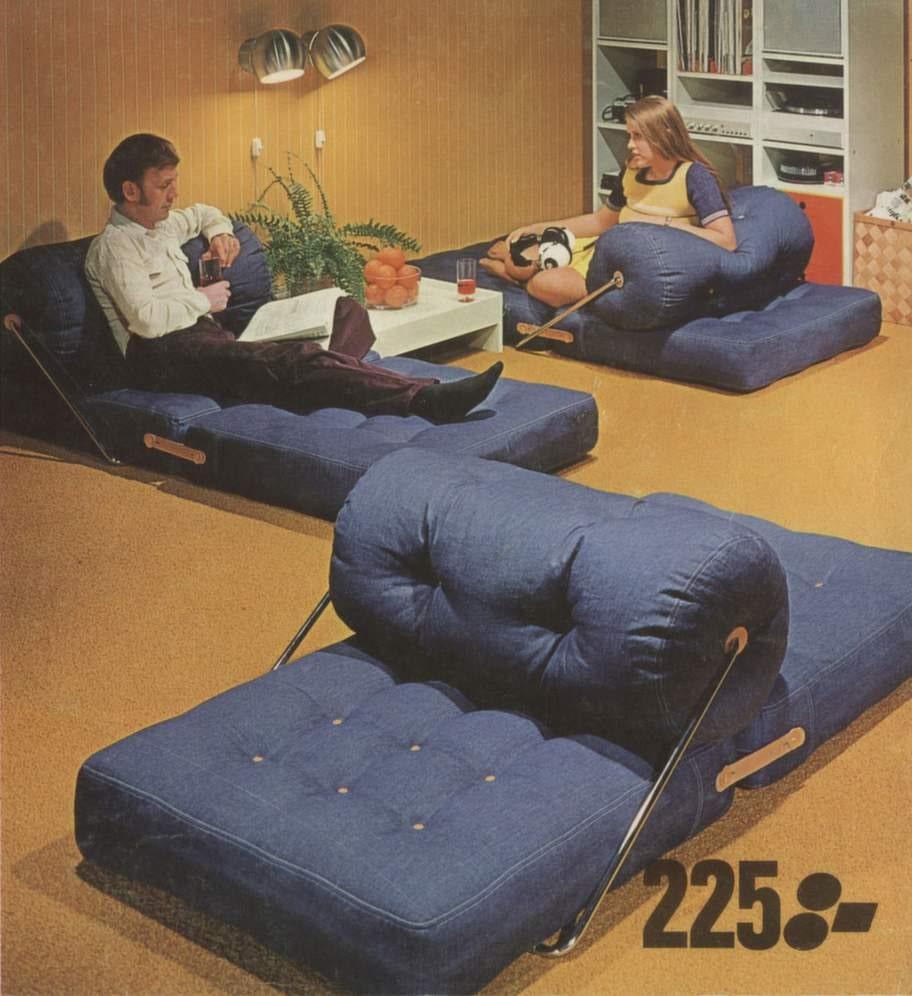 Mysigt och bekvämt skulle hemmet vara. Här sitt-, ligg- och vilmöbeln Tajt med denimtyg, i design av Gillis Lundgren. Bild ur Ikeakatalogen 1973.