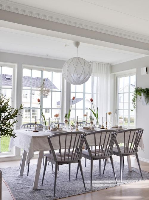 """""""Vi älskar vårt burspråk. Här kan vi samla vänner och familj, duka långbord, äta god mat och umgås. Det är härligt att ha huset fullt av gäster så denna plats är värdefull för oss"""", säger Sarah.Bord och stolar, Bloomingville, taklampa, Hallbergs of Sweden, matta, Designhouse Stockholm, gardiner, Hemtex, väggkruka, Vertiplants. Stukaturen kommer från Lundbergs."""