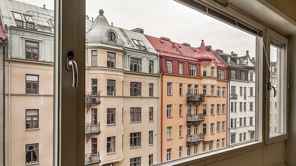 Mycket stort och härligt vardagsrum med ett helt fönsterparti mot Gästrikegatan vilket ger ett fantastiskt ljusinsläpp.