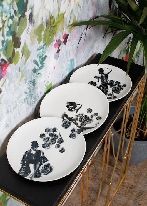 Tallrikar Oss kvinnor emellan, 595 kronor styck, Studio Lisa Bengtsson. Palm från Hornbach.