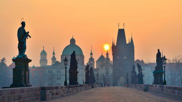 Den berömda Karlsbron i Prag vid soluppgång.