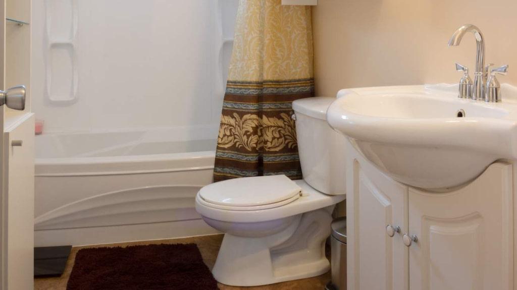 Badrummet är det vanligaste stället att få problem på. Många skador skulle vara ganska lätta att undvika om man bara regelbundet såg över ytorna.