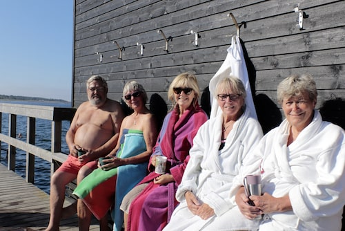 Höganäsborna Christine Wittesjö-Klaesson, Marianne Alfredson och Klase Klaesson sitter och småpratar på en bänk efter ett morgondopp.