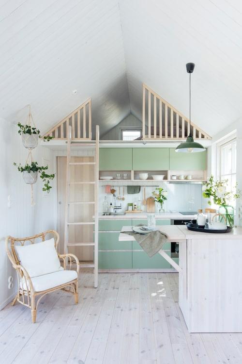 Välj lätta möbler till det lilla sommarhuset, gärna i rotting, för att göra det enklat att flytta runt dem när du behöver skapa plats.