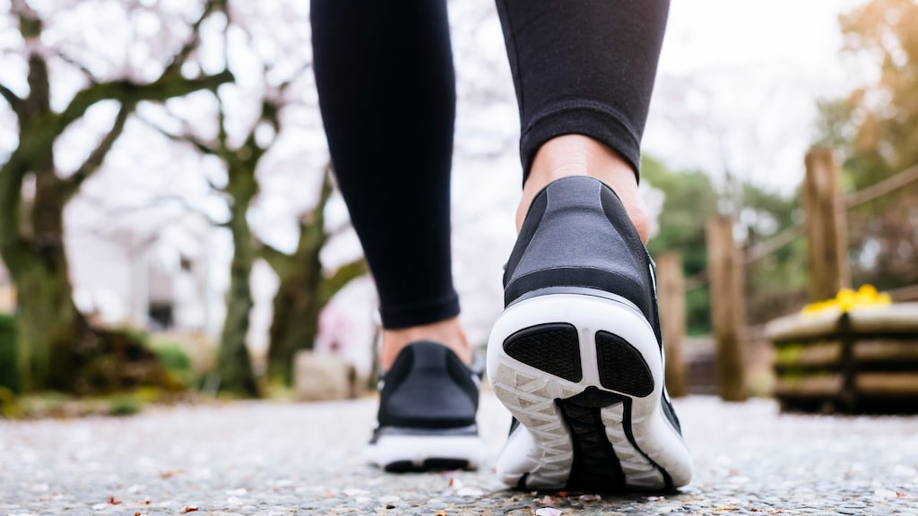 Att promenera direkt efter kvällens middag har många hälsofördelar