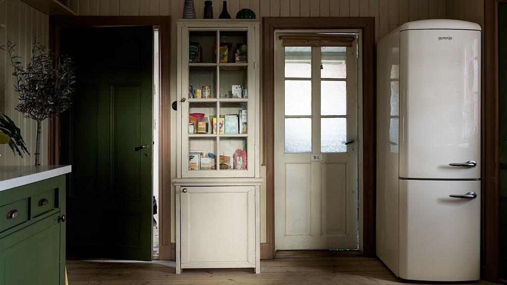 Köket har pärlspontsväggar.