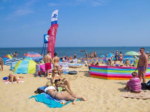 Det är ofta trångt bland de färgglada vindskydden på stranden i Jelitkowo.
