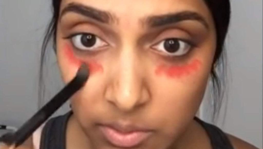 Så här gör du: Applicera ett korallfärgat eller rosarött läppstift (ej matt) med en pensel, under hela ögat och på ögonlocket.