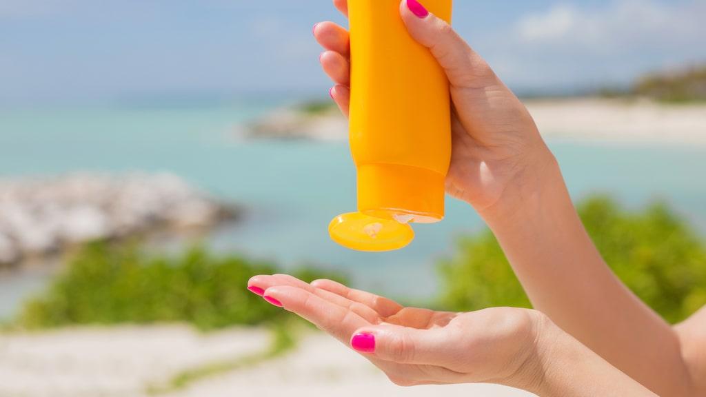 Enligt Larkö krävs en kupad hand fylld med solkräm för att skydda hela kroppen mot UV-strålningen.