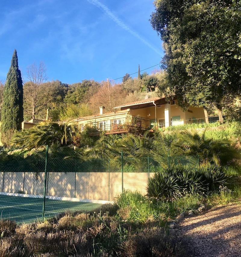 På tomten finns både pool, tennisbana och en stor terrass.