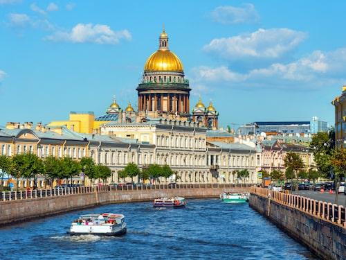 Bästa sättet att uppleva centrala Sankt Petersburg är via en kanalbåt. Här Sankt Isaac-katedralen.