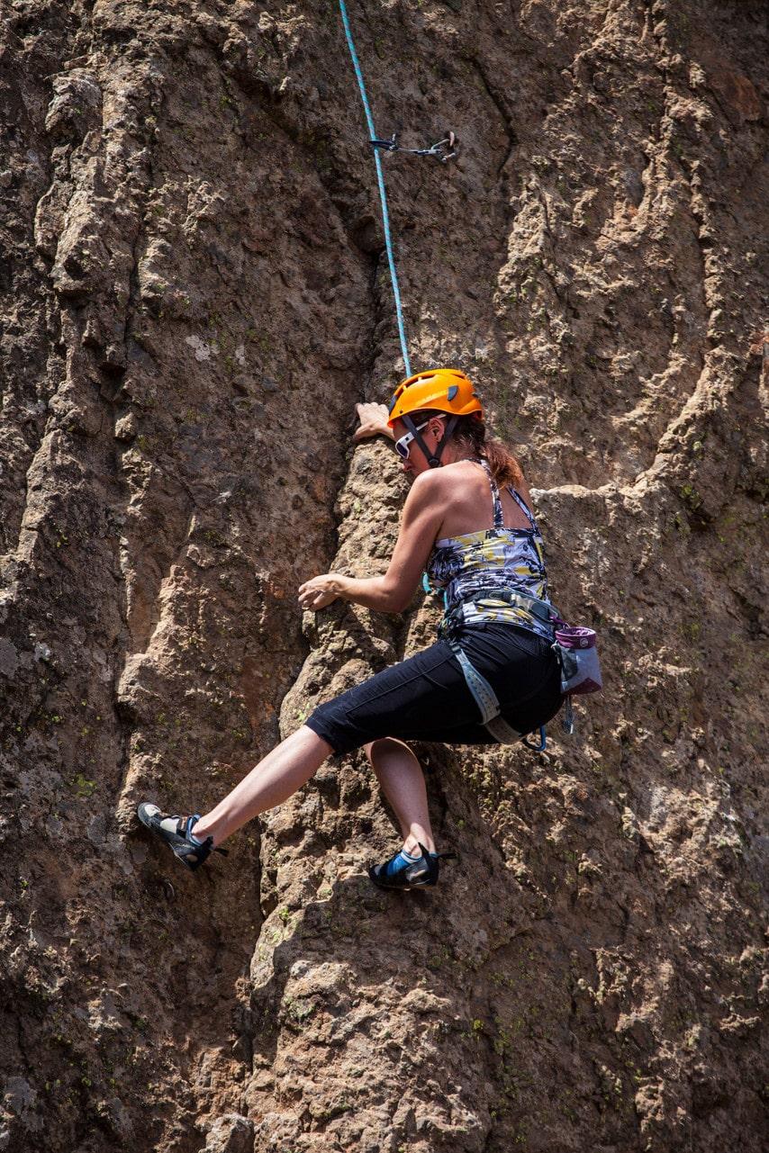 Klättrare övar på en knappt hälften så stor klippa intill Roque Nublo.