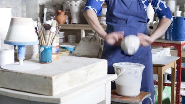 Besök keramikern Mikaela Willers i Dalarna där hon har sin verkstad och butik.